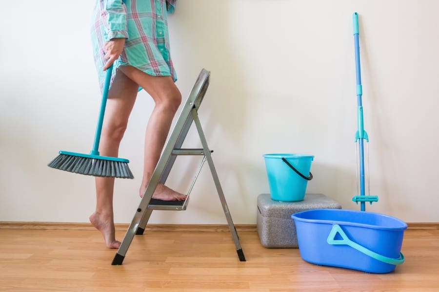 precautions to use a step ladder